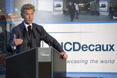 JCDecaux est revenu sur son projet de réduire ses investissements en Grande-Bretagne dans la foulée du vote des Britanniques en faveur d'une sortie de l'Union européenne, après avoir engrangé des ventes supérieures à ses attentes Outre-Manche, a déclaré son co-directeur général Jean-François Decaux. /Photo d'archives/REUTERS/Charles Platiau