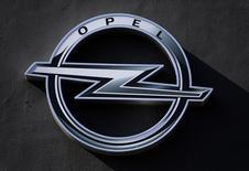 El logo del fabricante alemán de automóviles Opel en una concesionaria en Niza, Francia. 23 de febrero de 2017.  PSA Group y General Motors esperan poder anunciar en pocos días la adquisición de Opel por parte de la automotriz francesa tras zanjar sus diferencias sobre cargas de pensiones en la división europea de GM y otros asuntos, dijeron fuentes a Reuters el jueves. REUTERS/Eric Gaillard