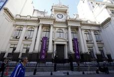 El Banco Central de Argentina en Buenos Aires, abr 21, 2016. El Banco Central de Argentina (BCRA) dispuso el jueves bajar los encajes bancarios en dos puntos porcentuales con el fin de fomentar el ahorro en pesos, revirtiendo parcialmente el aumento de 4 por ciento que impuso el año pasado.   REUTERS/Enrique Marcarian