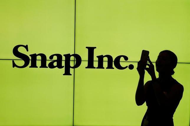 3月2日、写真・動画共有アプリ、スナップチャットを運営する米スナップが、ニューヨーク証券取引所に上場した。写真は同社のロゴ。NY証券取引所で撮影(2017年 ロイター/Lucas Jackson)
