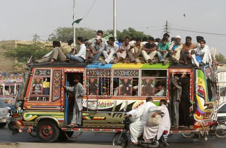People travel on a bus in Pakistan's business city of Karachi, September 17, 2008.  REUTERS/Athar Hussain/Files