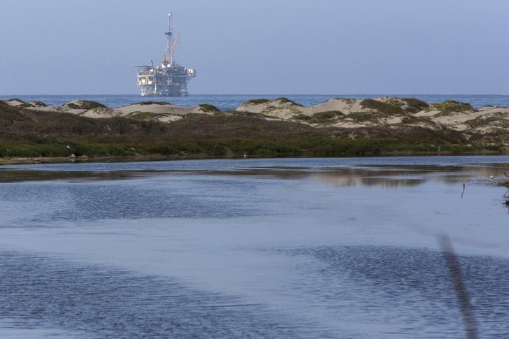 2015年7月,美国加州沿海的石油生产平台。REUTERS/Patrick T. Fallon