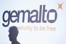 Gemalto a annoncé vendredi une amélioration de sa marge et de son chiffre d'affaires en 2016, la croissance de son activité de paiement et identité compensant la détérioration de son pôle mobile. /Photo d'archives/REUTERS/Gonzalo Fuentes