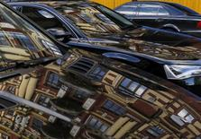 Le gestionnaire de flottes de véhicules ALD, que Société générale compte introduire en Bourse au printemps, prévoit d'améliorer sa marge des services et sa marge financière de 8 à 10% par an d'ici 2019, sur la base d'une croissance équivalente de sa flotte. /Photo d'archives/REUTERS/Gleb Garanich