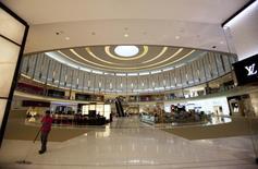 Le luxueux Dubaï Mall. Le marché du luxe dans les pays du Golfe donne des signes de stabilisation après deux ans de recul, grâce à la reprise des cours du brut et à la montée en puissance de la clientèle indienne et africaine. /Photo d'archives/REUTERS/Steve Crisp