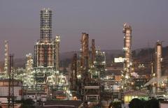 La refinería de petróleos de Concón de la estatal chilena ENAP en Concón, mayo 24, 2010. La petrolera estatal chilena ENAP planea invertir en torno a 800 millones de dólares en 2017 para fortalecer sus negocios de producción de crudo y gas natural, mientras alista la mantención de una de sus refinerías, dijo el viernes el gerente general de la firma.             REUTERS/Eliseo Fernandez