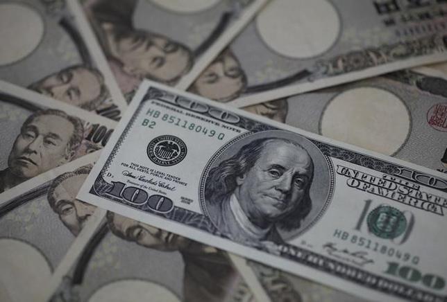 3月3日、NY外為市場ではドルが主要通貨バスケットに対して下落、対円では114円を割り込んだ。イエレン米FRB議長は経済が引き続き改善すれば3月利上げが適切と言明したが、足元で米利上げ観測はすでに高まっており、この日は最近のドル高を受けて一部で利益確定の売りが出た。写真は2013年2月、東京で(2017年 ロイター/Shohei Miyano)