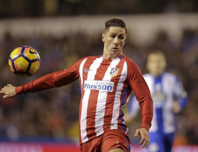 3月3日、サッカーのスペイン1部、アトレチコ・マドリードは、試合中に頭部を負傷し、入院していたFWフェルナンドトレス(写真)が退院したと明かした。スペインのア・コルーニャで2日撮影(2017年 ロイター/Miguel Vidal)