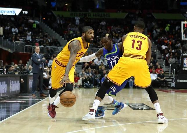 3月3日、NBAのキャバリアーズはホークスに135─130で競り勝った。カイリー・アービング(左)が43得点、9アシストにスチール4本と活躍した(2017年 ロイター/Jason Getz-USA TODAY Sports)