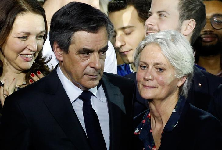 Francois Fillon (L), former French prime minister, member of The Republicans political party and 2017 presidential candidate of the French centre-right, and his wife Penelope Fillon stand close at the end of a political rally in Paris, France, January 29, 2017.   REUTERS/Pascal Rossignol/Files