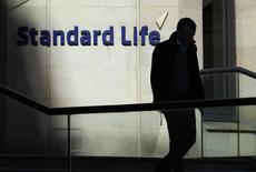 Standard Life et Aberdeen Asset Management, deux des groupes financiers écossais les plus réputés, sont en négociations en vue d'une fusion à 11 milliards de livres (12,73 milliards d'euros) en vue de créer la première société britannique de gestion d'actifs. /Photo d'archives/REUTERS/Russell Cheyne