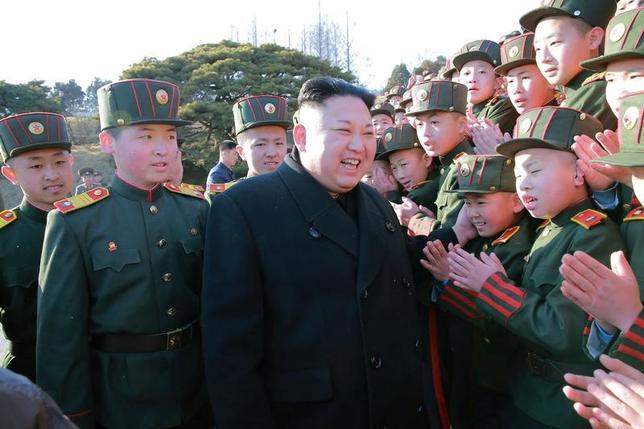 3月6日、北朝鮮が朝発射した4発のミサイルについて、韓国軍は大陸間弾道ミサイル(ICBM)の可能性は低いが、確認にはさらなる時間が必要と述べた。写真中央は金正恩朝鮮労働党委員長。北朝鮮平壌の学校を訪ねた際に撮影されたもの。KCNA提供(2017年 ロイター)