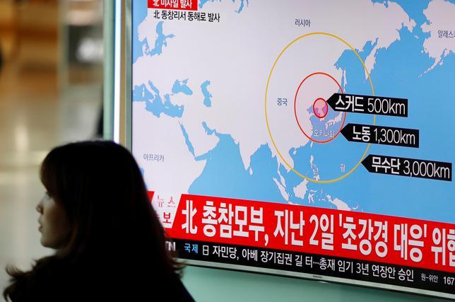 3月6日、韓国の黄教安大統領代行は、北朝鮮が同日朝に弾道ミサイル4発を発射したことを受け、在韓米軍の最新鋭迎撃システム「高高度防衛ミサイル(THAAD)」配備を迅速に完了するよう呼びかけた。写真はソウルで撮影(2017年 ロイター/Kim Hong-Ji )