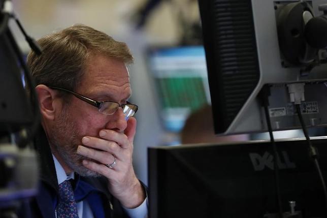 3月6日、米株価指数先物価格が下落している。北朝鮮による弾道ミサイルの発射や、トランプ米大統領が昨年の大統領選中にオバマ前大統領がトランプ氏の電話を盗聴したと主張していることが背景。写真はニューヨークで昨年12月撮影(2017年 ロイター/Lucas Jackson)
