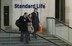 Standard Life et Aberdeen ont dévoilé lundi les conditions de leur projet de fusion de 11 milliards de livres (12,7 milliards d'euros), anticipant déjà jusqu'à 200 millions de livres d'économies grâce à lui. /Photo d'archives/REUTERS/Russell Cheyne
