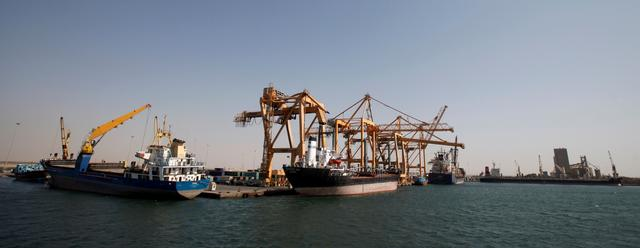 FILE PHOTO - Ships are docked next to giant cranes, damaged by Saudi-led air strikes, at a container terminal at the Red Sea port of Hodeidah, Yemen November 16, 2016.   REUTERS/Khaled Abdullah/File Photo