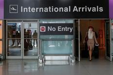 Стюардесса авиакомпании Emirates, прилетевшая из Дубая в аэропорт Бостона после издания президентом США Дональдом Трампом указа о запрете на въезд из ряда стран. 30 января 2017 года. Спрос на поездки в США в ближайшие месяцы снизился после хорошего начала года: путешественников, скорее всего, сдерживает неопределенность вокруг новых планов Трампа ограничить въезд, сообщила в понедельник аналитическая компания ForwardKeys. REUTERS/Brian Snyder