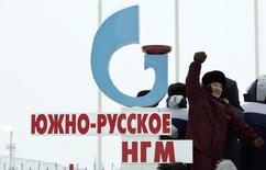 Эдуард Худайнатов, на тот момент глава принадлежавшего Газпрому Севернефтегазпрома, на открытии Южно-Русского месторождения в 200 километрах от Нового Уренгоя 18 декабря 2007 года. REUTERS/Denis Sinyakov