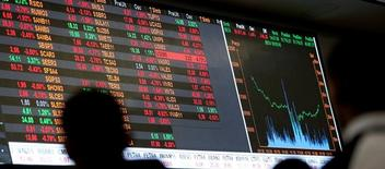 Quadro eletrônico mostra as recentes flutuações dos índices de mercado na Bolsa de Valores de São Paulo (Bovespa), no centro de São Paulo 09/05/2016 REUTERS/Paulo Whitaker/File photo