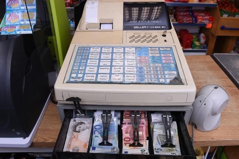 2016年10月4日,爱尔兰一家商店收银机内的英镑和欧元纸币。REUTERS/Clodagh Kilcoyne