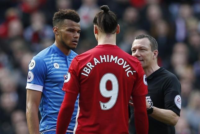 3月6日、イングランド・サッカー協会は、暴力的行為を行ったとして、マンUのズラタン・イブラヒモビッチ(中央)とボーンマスのタイロン・ミングス(左)に処分を下すと発表した。英マンチェスターで4日撮影(2017年 ロイター)
