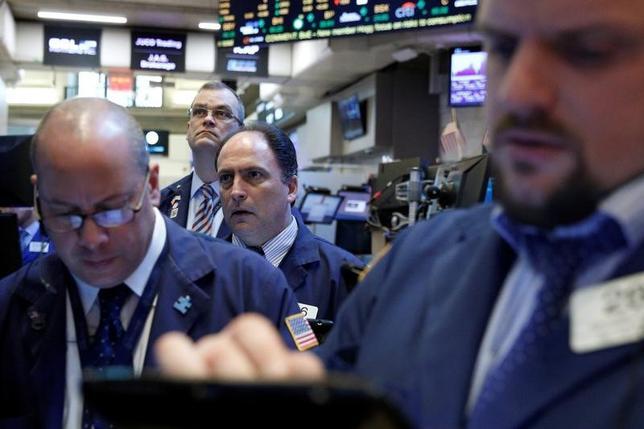 3月5日、米エネルギー株は昨年、セクター別で最も成績が良かったが、今年はこれまで低迷している。写真はNY証券取引所のトレーダー。2月撮影(2017年 ロイター/Brendan McDermid)