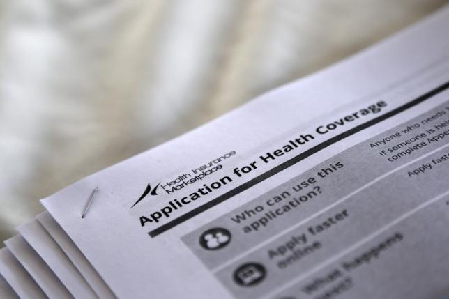 3月6日、米下院の共和党議員らは、低所得者向け医療費補助制度の拡張などを含む医療保険制度改革法(オバマケア)を廃止する法案を発表した。写真は政府へ提出する保険申請書。ミシシッピー州ジャクソンのオバマケア支持者の結集会で2013年10月撮影(2017年 ロイター/Jonathan Backman)