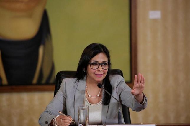 3月6日、南米ベネズエラのロドリゲス外相(写真)は、ペルーのクチンスキ大統領を「腰抜け」、米国にこびへつらう「犬」と批判した。これを受け、ペルー政府はベネズエラに抗議文書を送り、対応を協議するため自国の大使の召還を決めた。写真はベネズエラのカラカスで2月撮影(2017年 ロイター/Marco Bello)