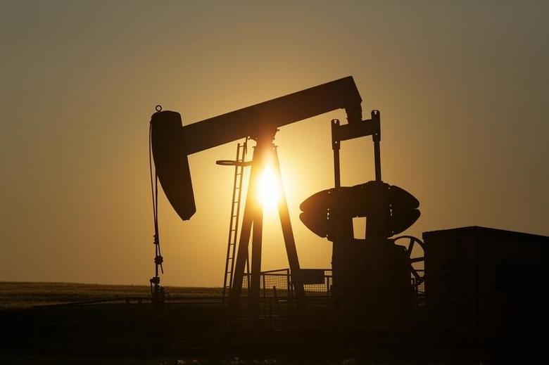 2014年7月,加拿大卡尔加里附近油田的抽油机。REUTERS/Todd Korol