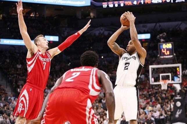 3月6日、NBAのスパーズはロケッツに112─110で競り勝った。クワイ・レナード(右)が39得点(2017年 ロイター/Soobum Im-USATODAY Sports)