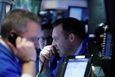 Трейдеры на торгах Нью-Йоркской фондовой биржи 6 марта 2017 года. Акции США снизились в понедельник на фоне усиления опасений инвесторов из-за политики администрации президента Дональда Трампа и геополитической напряженности, исходящей из Северной Кореи. REUTERS/Brendan McDermid
