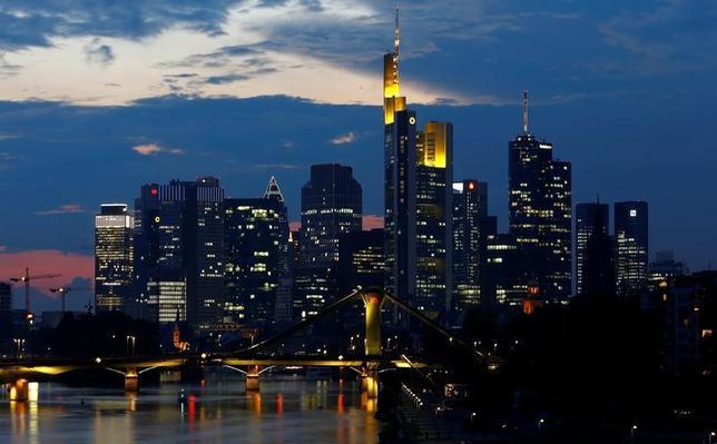 3月7日、ドイツの主要な工業地帯で、フランクフルトが位置するヘッセン州のタレック・アルワジール経済・エネルギー・運輸・地域開発大臣は、欧州連合(EU)を離脱する英国が寛容な通商協定を期待するのは「考えが甘い」と指摘した。写真はドイツ・フランクフルト金融街。2014年9月撮影(2017年 ロイター/Kai Pfaffenbach)
