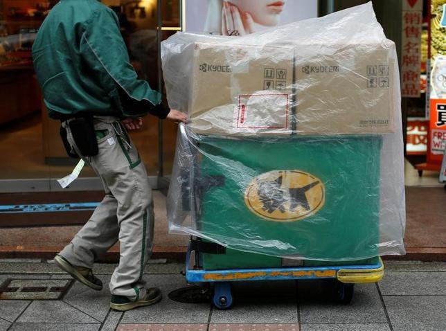 3月7日、菅義偉官房長官は午後の会見で、ヤマト運輸が宅配便の基本運賃を27年ぶりに値上げする方向で検討しているとの報道について、「物流の流れが激しくなってきていることの一つの証左だと思う」と述べた。写真は都内で2月撮影(2017年 ロイター/Toru Hanai)
