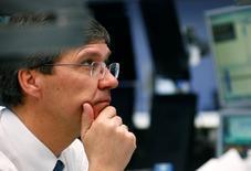 Трейдер работает на фондовой бирже Франкфурта-на-Майне. Акции Европы расширили снижение во вторник на фоне падения бумаг Aggreko и Casino из-за разочаровывающих финансовых результатов.  REUTERS/Ralph Orlowski