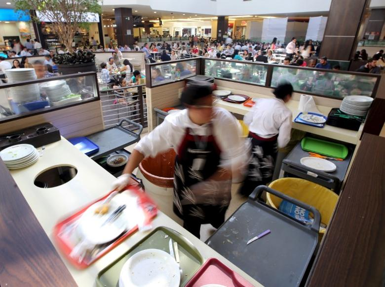 Workers separate food waste at a food court in the Eldorado shopping mall in Sao Paulo, Brazil, July 14, 2015.  REUTERS/Paulo Whitaker/File Photo