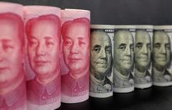 Imagen de archivo de billetes de 100 dólares y billetes de 100 yuanes en Pekín, China . 21 de enero 2016. Las reservas de divisas de China aumentaron inesperadamente en febrero, por primera vez en ocho meses, rebotando por encima de tres billones de dólares luego de que unas medidas regulatorias severas y la debilidad del dólar ayudaron a reducir las salidas de capital. REUTERS/Jason Lee/Illustration/File Photo