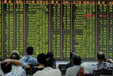 Inversionistas miran la información de las acciones en una placa electrónica en una correduría en Hangzhou, China. 25 de agosto 2015.  Las acciones chinas subieron el martes, impulsadas por un renovado interés en los valores tecnológicos durante las últimas operaciones tras una sesión apática en la mañana.REUTERS/Stringer