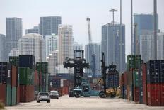 Un camión mueve containerws en el Puerto de Miami, Florida, Estados Unidos. 19 de mayo 2016. El déficit comercial de Estados Unidos trepó en enero a un máximo de casi cinco años, ya que los crecientes precios del crudo ayudaron a aumentar el costo de las importaciones, lo que sugiere que el comercio nuevamente pesará sobre el crecimiento económico en el primer trimestre del año. REUTERS/Carlo Allegri