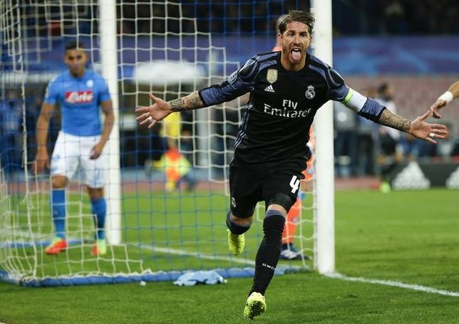 3月7日、サッカーの欧州チャンピオンズリーグ(CL)は各地で16強の第2戦を行い、前回王者レアル・マドリード(スペイン)は敵地でナポリ(イタリア)に3─1で勝利し、2戦合計6─2で準々決勝に進出した。写真は勝利の立役者となったセルヒオラモス(2017年 ロイター/Ciro De Luca)