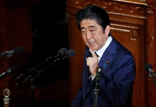 3月8日、安倍晋三首相は政府与党連絡会議で、北朝鮮のミサイル発射に関して「重大な挑発行為で断じて容認できない」と強調した。写真は都内で1月撮影(2017年 ロイター/Toru Hanai)