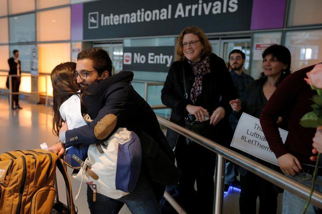 3月7日、米ハワイ州は、イスラム圏6カ国からの入国を制限するトランプ大統領の新たな大統領令を巡り、一時差し止めを求める訴訟を8日に連邦地裁に提起する。写真は米国に到着したイラン人学生。マサチューセッツ州ボストンの空港で2月撮影(2017年 ロイター/Brian Snyder)