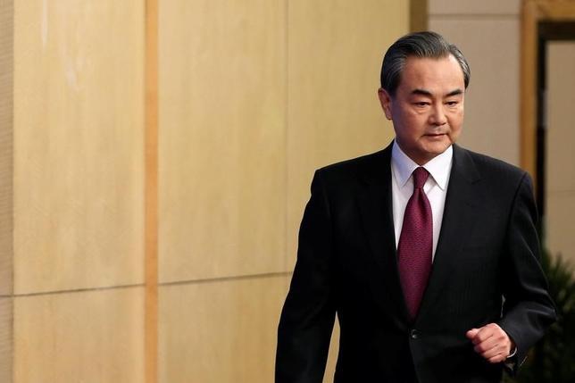 3月8日、中国の王毅外相は、日本は中国を巡る「不安」を克服し、中国が再び活性化しているという事実に向き合い、両国関係を後退ではなく前進させる必要があるとの考えを示した。写真は全国人民代表大会が始まり、記者会見に出席した王毅外相。北京で撮影(2017年 ロイター/Tyrone Siu)