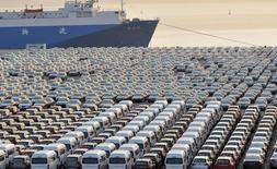 Des voitures chinoises destinées à l'exportation, dans un port de Dalian, dans la province de Liaoning. La balance commerciale chinoise a été déficitaire en février, situation plutôt rare, sous l'effet d'une hausse bien plus importante qu'attendu des importations, portée par le dynamisme du secteur de la construction, montrent les chiffres officiels. /Photo d'archives/REUTERS/China Daily
