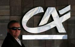 Crédit Agricole envisage de céder sa participation de 31% dans Banque Saudi Fransi dans le cadre d'une opération qui pourrait rapporter 2,4 milliards de dollars (2,27 milliards d'euros) à la banque française, a rapporté l'agence de presse Bloomberg. /Photo d'archives/REUTERS/Valentyn Ogirenko