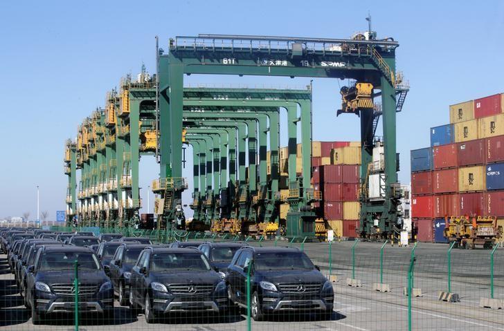 2017年2月23日,中国天津港码头停放的进口奔驰轿车。REUTERS/Jason Lee