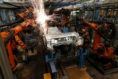 Une chaîne d'assemblage de l'usine Ford à Cologne. La production industrielle allemande a augmenté plus que prévu en janvier, selon des données officielles mercredi, qui suggèrent que la première économie européenne a bien commencé l'année 2017 et qui tranchent avec les deux précédentes statistiques, qui s'étaient révélées inférieures aux attentes. /Photo d'archives/REUTERS/Wolfgang Rattay