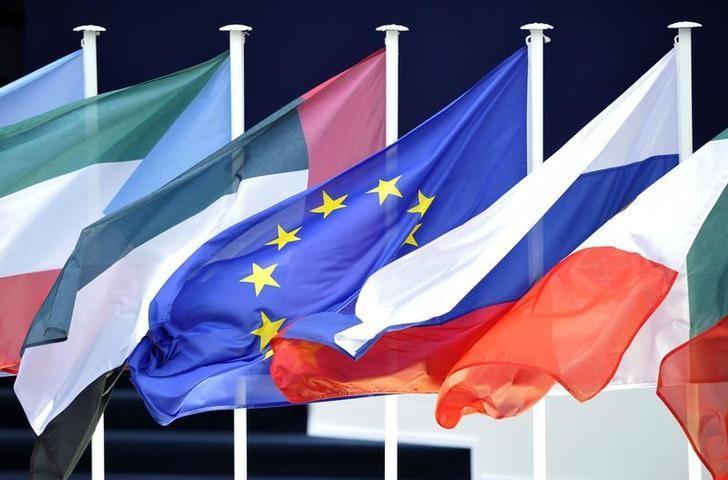 2011年11月资料图,法国戛纳G20峰会会场外的成员国国旗。REUTERS/Dylan Martinez