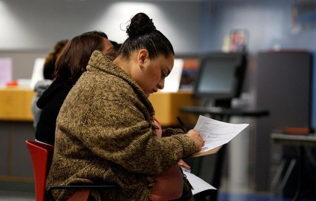 3月8日、ADP全米雇用報告によると、2月の民間部門雇用者数は29万8000人増と、予想を大幅に上回る伸びとなった。写真は就職フェアの様子。コロラド州で2月15日撮影。(2017年 ロイター/Rick Wilking)