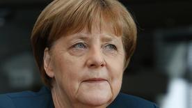 Angela Merkel a confié avoir appris par la presse l'existence du scandale du trucage des émissions polluantes de véhicules à moteur diesel construits par Volkswagen. /Photo prise le 8 mars 2017/REUTERS/Fabrizio Bensch