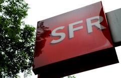 SFR a renoué avec la croissance des ventes en fin d'année, après 24 trimestres de baisse à la suite de la forte hausse de ses investissements pour résoudre les problèmes de qualité de son réseau. /Photo d'archives/REUTERS/Jacky Naegelen